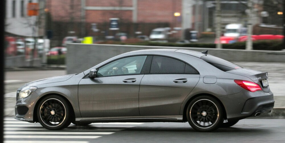 STRAM: Mercedes CLA med sportsunderstell og store hjul er et stramt bekjentskap som krever en sportslig innstilling til fjæringskomfort. FOTO: Egil Nordlien, HM Foto