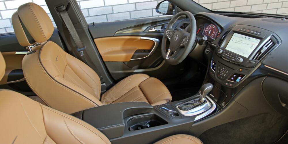 GOD LØSNING: Vi trives godt bak rattet i Insignia. Setene er faste, men veldig gode, ergonomien er god og det innvendige støynivået lavt. Insignia har også meget gode kjøreegenskaper.