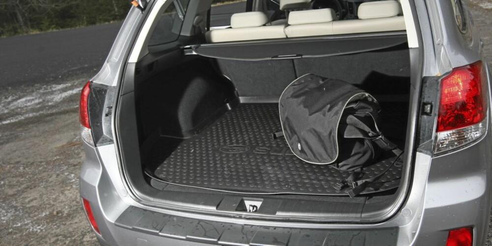STORT NOK: Bagasjerommet er ikke så stort som bilens ytre størrelse skal ha deg til å tro, men det holder.