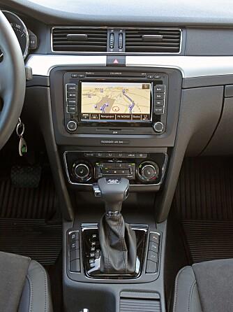 TRYKKE, TRYKKE: Mange knapper å holde styr på. Betjeningshjul som hos Audi eller BMW hadde vært en ide.