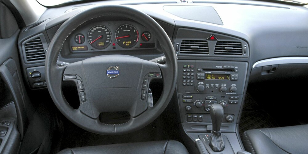 Som bruktbil holder dashbordet til Volvo XC70 høy standard, men det kan forekomme plastknirking i interiøret.