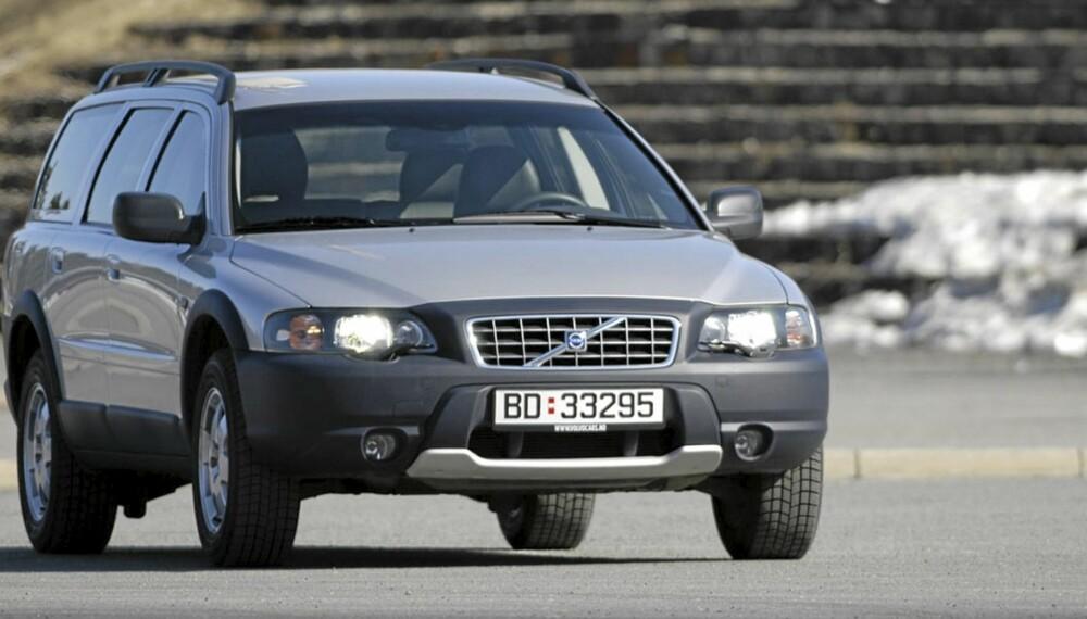 HØY: Ekstra bakkeklaring og røffe plastdetaljer er kjennemerker for Volvo XC70 fra 2001-2007.