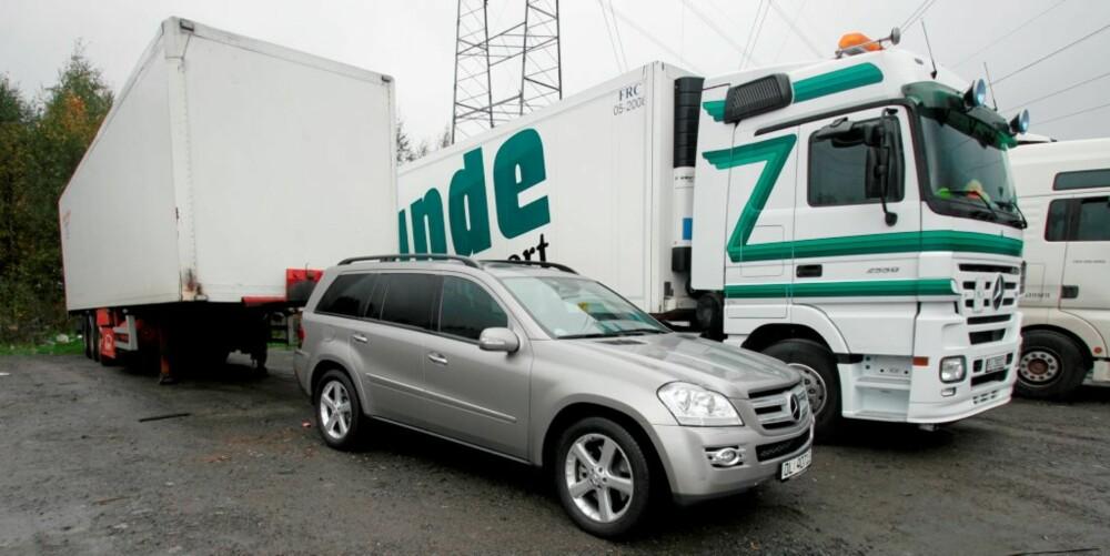 LITEN LASTEBIL: Nei, Mercedes-Benz GL-klasse er ikke like stor som en semitrailer. Men den minner likevel mer om sin lastebilstorebror av samme merke enn en A-klasse...