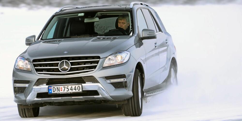 GOD GLID: Mercedes ML 250 BlueTec er høy og nesten 2,2 tonn tung. Det merker du i skarpe svinger på glatt underlag - dekkenes grep settes på harde prøver. Ingenting glir så godt sidelengs som en stor SUV. FOTO: Egil Nordlien, HM Foto