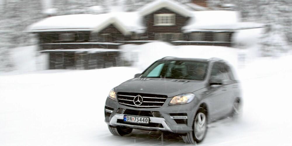 RETTE ELEMENT: Mercedes ML 250 BlueTec og lafta tømmer er god match. Bilen passer i et hyttefelt for velstående. FOTO: Egil Nordlien, HM Foto