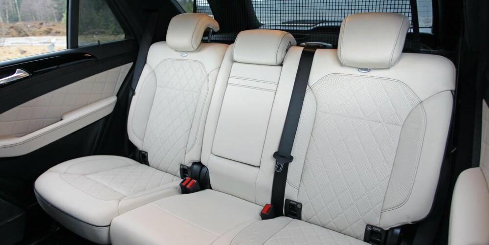 GOD PLASS: ML er litt smalere enn Range Rover, men har bedre benplass i baksetet og betydelig større bagasjerom. Oppgitt volum er 690 liter.