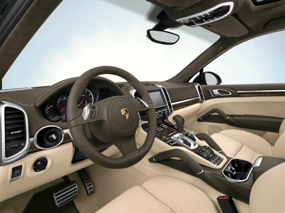 PORSCHE: Førermiljøet er ekte Porsche. Førerorientert, eksklusivt, komfortabelt og sporty.