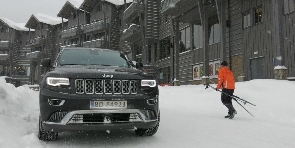 MACHO: Jeep Grand Cherokees sterkeste side sammenlignet med konkurrentene er utstyrsnivået. Til rundt én millioner kroner får du det meste du kan tenke deg av utstyr. FOTO: Martin Jansen