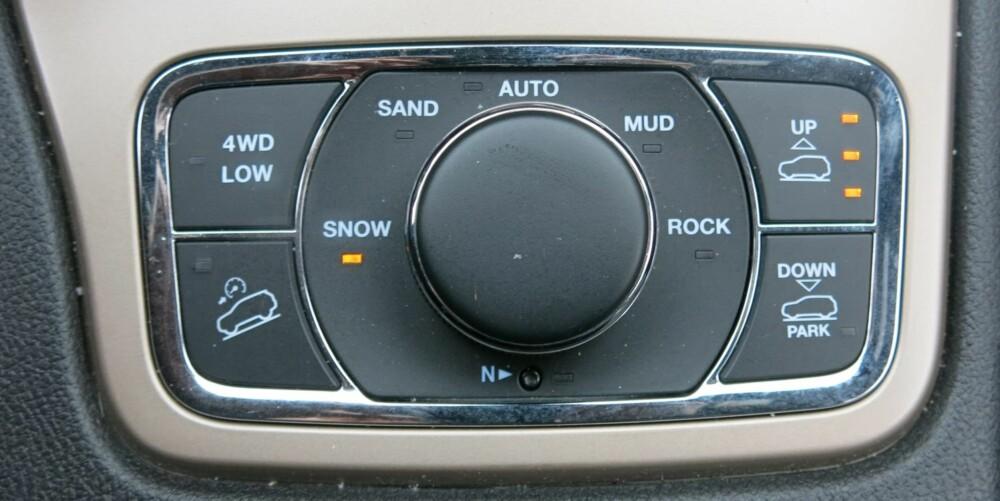 ALLE VEIER: Grand Cherokee har et meget rikholdig offroad-program. Med Selec Terrain-hjulet kan du justere chassis og drivverk, alt etter hvilket underlag du kjører på. I vanlig kjøreinnstilling, Auto, har den firehjulsdrift I tillegg finnes kjøreinnstillingene snø, gjørme, sand og steiner, samt lavgirserie. Velger du stein-innstilling går den i lavserie og løfter bilen maks. FOTO: Martin Jansen