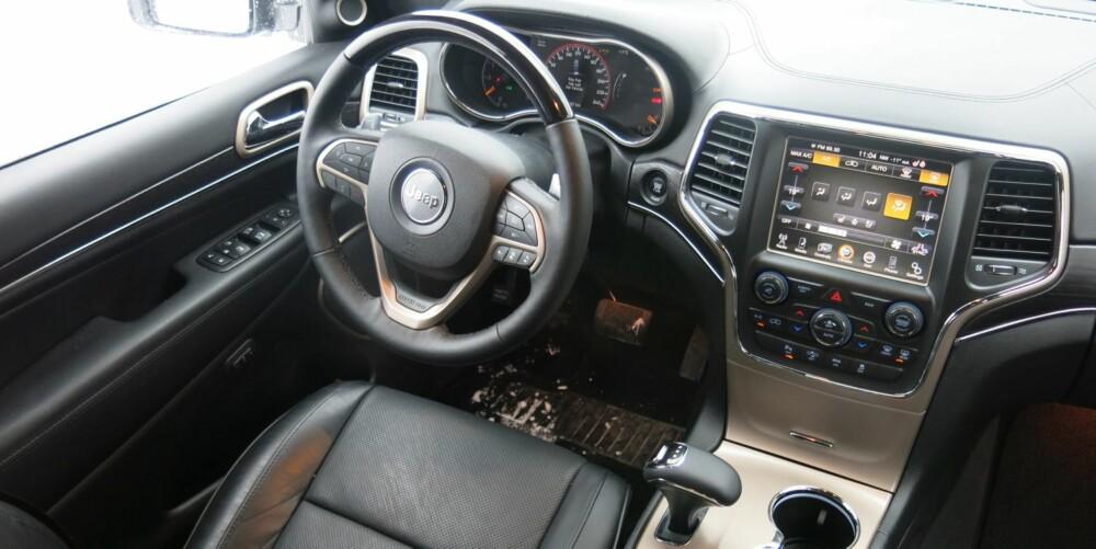 MASSE UTSTYR: 8,4-tommers berøringsskjerm med masse funksjoner, 7-tommers dashborddisplay, adaptive bi-xenonlys, adaptiv cruisekontroll, kollisjonsvarsler, blindsonevarsling, bakkestarthjelp, hill descent, Harmon Kardon-anlegg med 19 høyttalere, ventilerte seter, ryggekamera, parkeringssensorer, panorama glasstak. elektrisk åpning og lukking av bagasjerom og fører- og passasjersete som justeres etter alle kunstens regler. Blant annet. FOTO: Martin Jansen