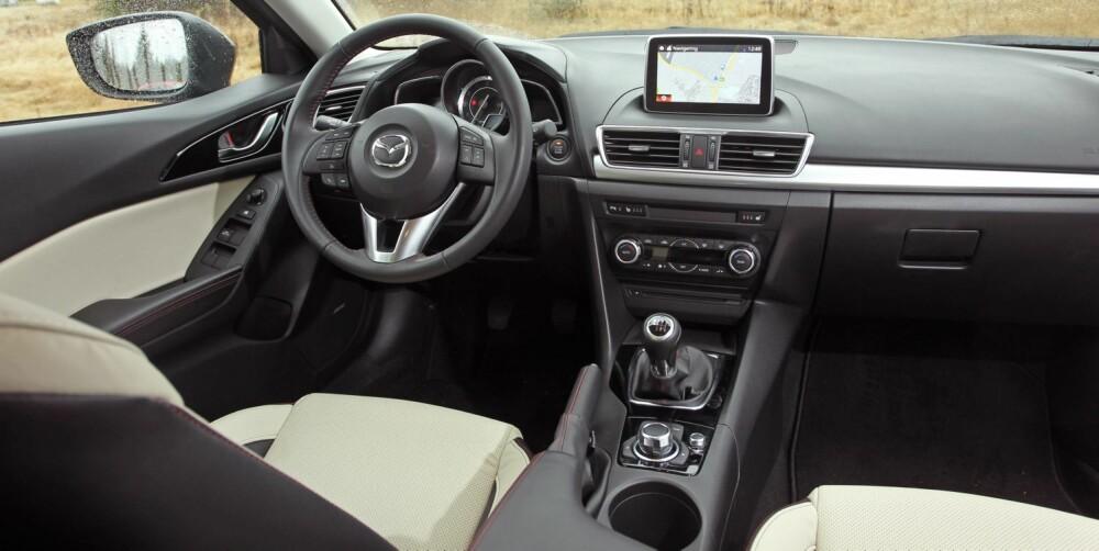 ALT UTSTYR: Så godt som alt er inkludert i en Mazda 3 av utstyrsgrad Optimum ¿ du skal være kravstor for å ønske mer utstyr. Skjermen betjenes med dreiehjulet mellom setene eller med pekefingeren.