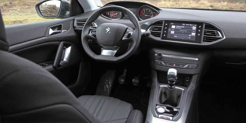 GOD SKJERM: Færre taster og brytere, det har vært Peugeots mål med den nye 308. Det er ikke vanskelig å betjene skjermen, men i noen tilfeller blir det noen ekstra tastetrykk for få gjøre det man skal.