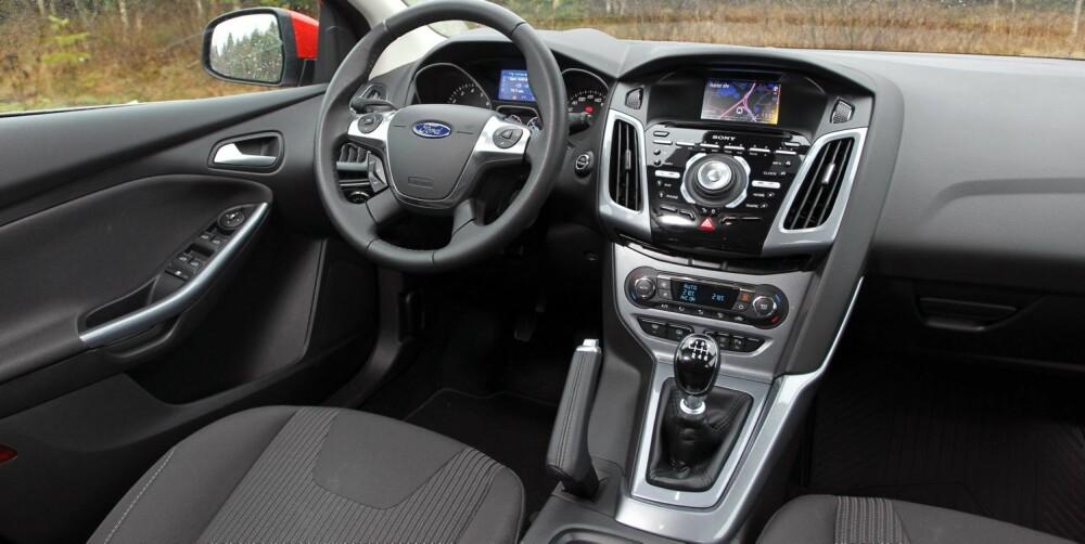 UTDATERT: Sony-anlegget i Ford Focus har veldig mange knapper, og i våre øyne stråler dashbordet ikke av gjennomtenkt eleganse. Skjermen er fint plassert, men utdatert liten i dag.