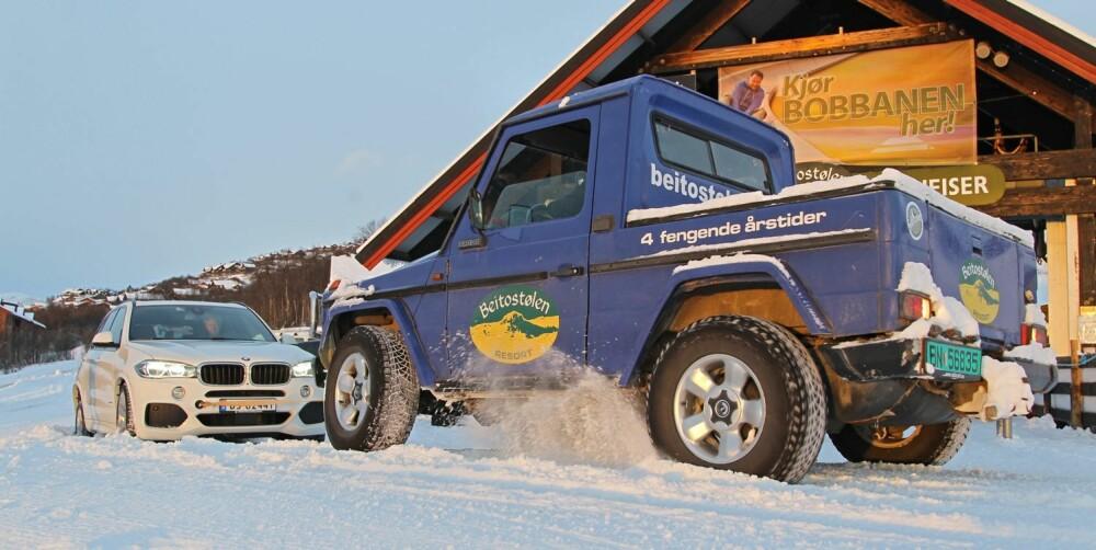 GRRR: Det starter forsmedelig. Vi må ha hjelp av en eldre Mercedes Geländewagen. FOTO: Petter Handeland