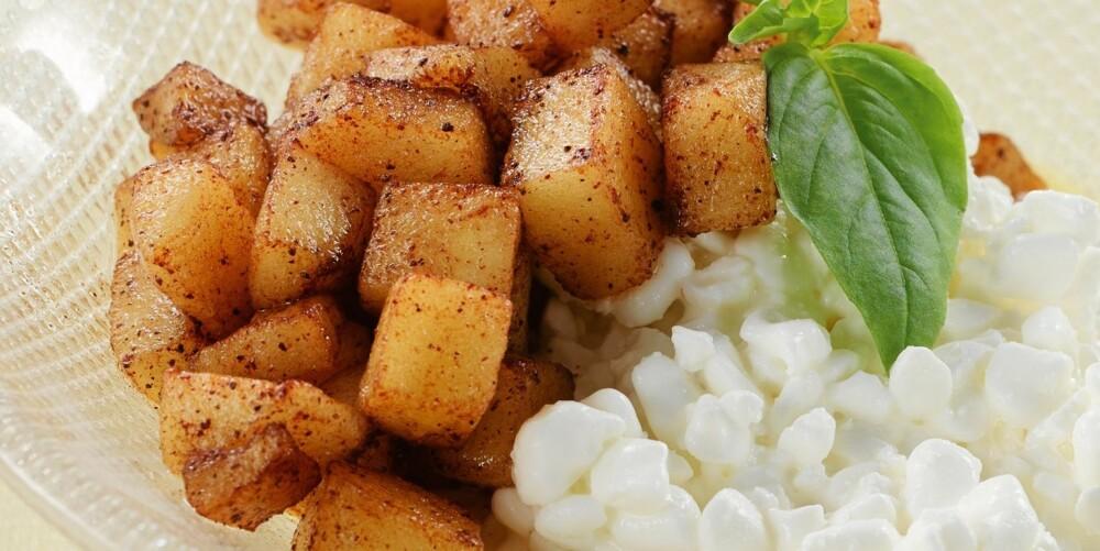 NOE SØTT: Woket eple med cottage cheese er et søtt forslag til mellommåltid eller dessert.