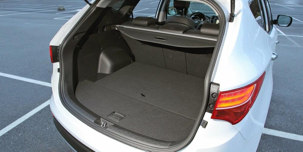 MYE PLASS: Prisen ligger på nivå med konkurrenter som BMW X3 og Volvo XC60, men Santa Fe er en større bil. Plassen er betydelig større både i baksetet og i bagasjerommet. FOTO: Petter Handeland