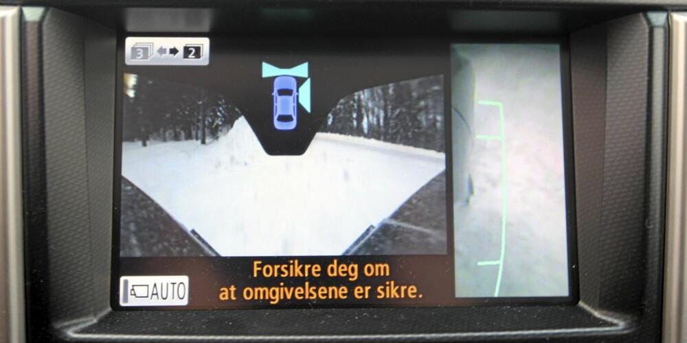 PRAKTISK: Terreng- og omgivelseskameraene i Land Cruiser er egentlig ment for kjøring i tett terreng. Men fungerer supert til parkering, også.