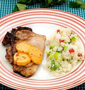 MIDDAG: Kotelett med chilismør og grønnsaksris.