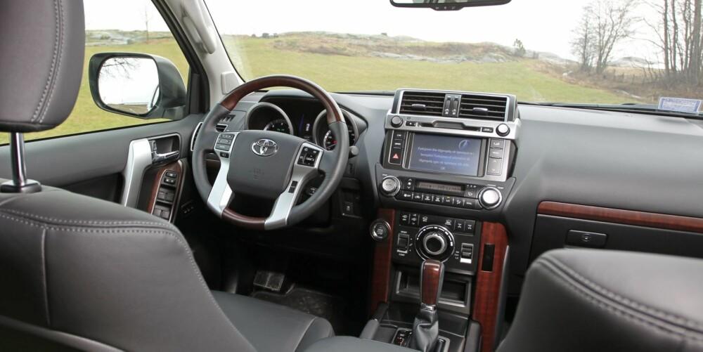 RYDDIG: I GX-versjon har Toyota Land Cruiser mye utstyr, men det er langt mindre flashy presentert enn i for eksempel en Range Rover Sport. Kvalitetsfølelsen i interiøret varierer, med enkelte billige plastbrytere som står i skarp kontrast til prisen på over 900.000 kroner. FOTO: Petter Handeland