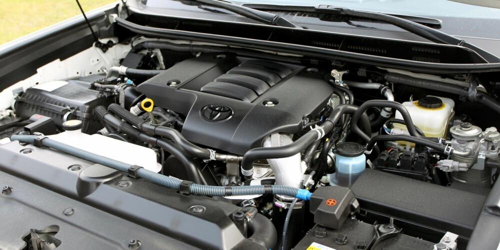 GAMMELMODIG: Det er mer lyd fra den firesylindrede dieselmotoren på 3,0 liter enn i de fleste andre store SUV-er. Femtrinnsautomaten virker aldrende når andre SUV-er på denne størrelsen har sju- og åttetrinnskasser. FOTO: Petter Handeland