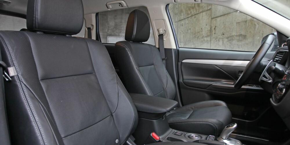 BLITT BEDRE: Dybdejusteringen av rattet er blitt bedre i nye Outlander. Likevel vil lange personer fortsatt gjerne hatt rattet enda litt nærmere. Setene gir god sittekomfort.