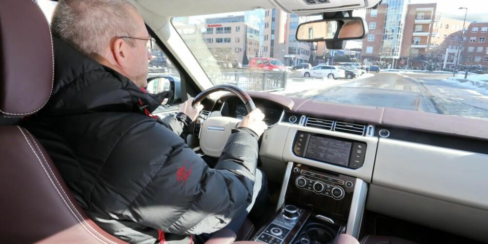 OVERBLIKK: Fra førerplassen i Range Rover har du god utsikt i trafikken. Det trengs på en så stor bil.