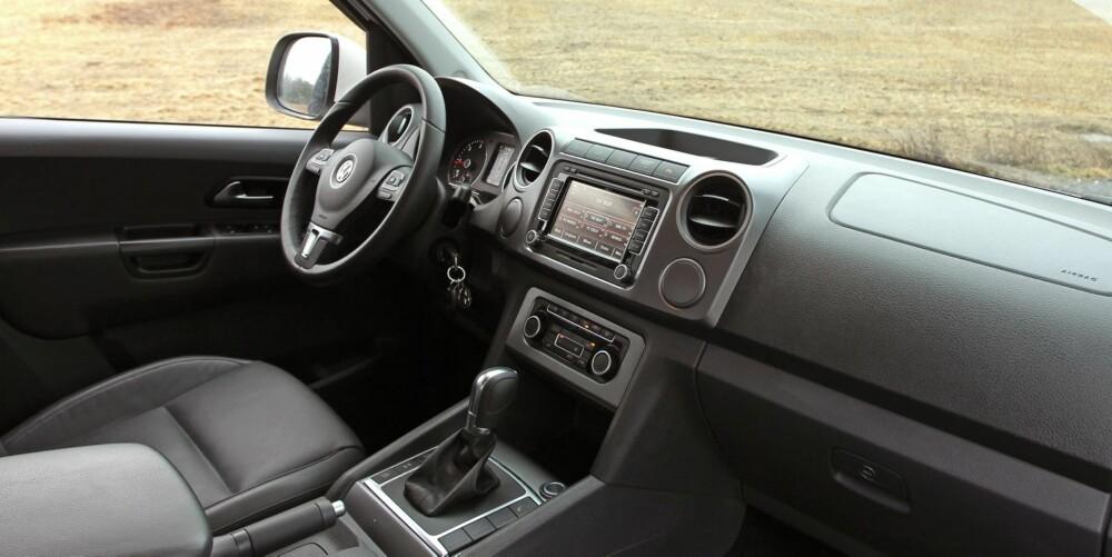TYPISK VW: Førermiljøet i Amarok er typisk Volkswagen enkelt og oversiktlig. Samtidig er materialkvaliteten tilfredsstillende og ergonomien god.