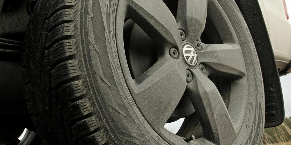 GROVE HJUL: 19-toms hjul er ikke standard. Det er heller ikke tusenmeterne, kufangeren, veltebøylen, stigtrinnene og lokket over planet, men gjør definitivt bilen barskere.