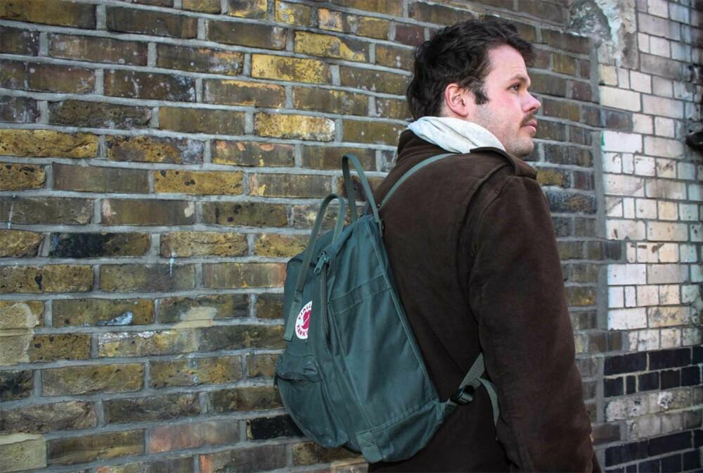 STILIG: Matt liker kontraster, og synes ryggsekken passer inn i Londons gater. Han liker Kånken-sekken både fordi den er praktisk, etisk og ikke minst sexy.