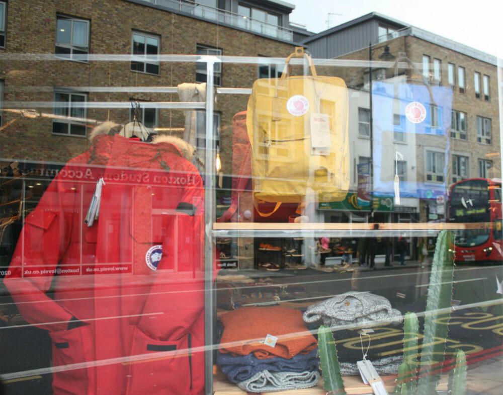 FJELL OG BY: Hvis du vandrer langs gatene i London, kan det fort dukke opp et par velkjente sekker. Article Shop i Shoreditch er en av flere klesbutikker som tar inn Fjällräven-merket.