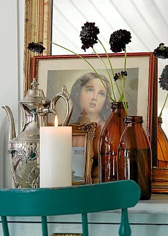 STILLEBEN. Det skal være mye dekor samlet i grupper. Bring inn det romantiske og nostalgiske med madonnabilder eller gamle familiebilder. Stilen oppfordrer til å hente fram minnene og vise dem fram.