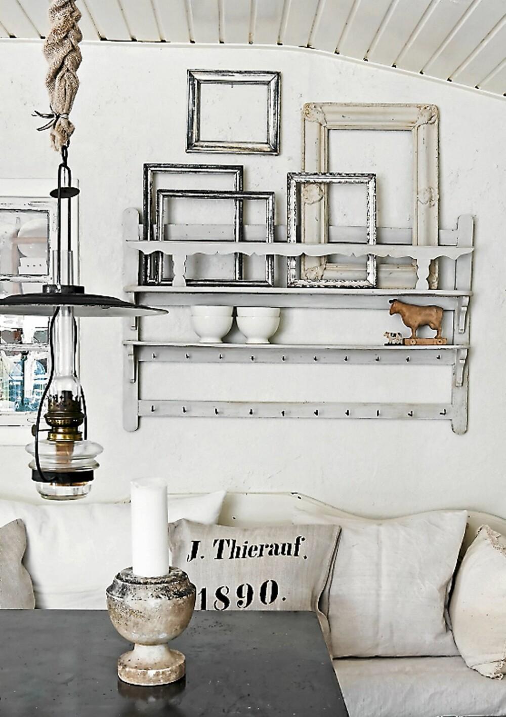 BILDERAMMER. Tomme bilderammer mot hvit vegg er et viktig innslag. Tekstilene er helst i lin eller grovere bomullskvaliteter.