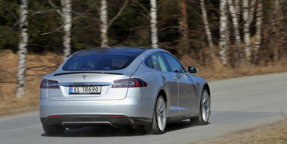 SPARKER FRA: Et hardt trykk på gassen og Tesla Model S stormer avgårde. Bilen er nesten uvirkelig rask, særlig når du tar størrelse og vekt i betraktning.
