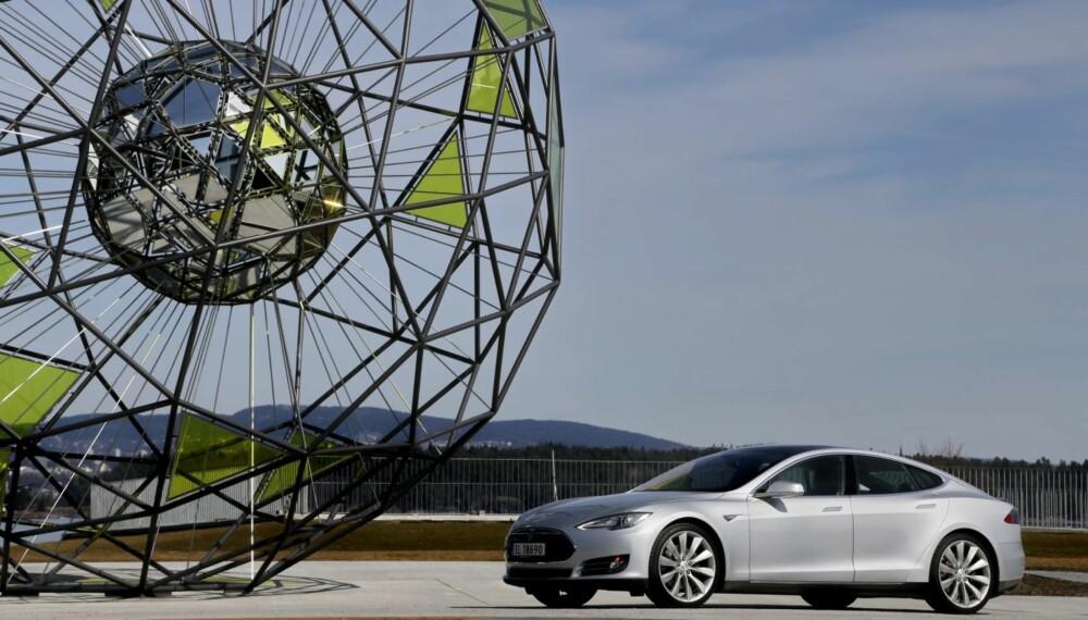 NY MÅLESTOKK: Tesla Model S endrer maktbalansen i bilverden. Nå er BMW, Audi og Mercedes-Benz nødt til å måle seg mot Tesla når det gjelder elektriske biler.