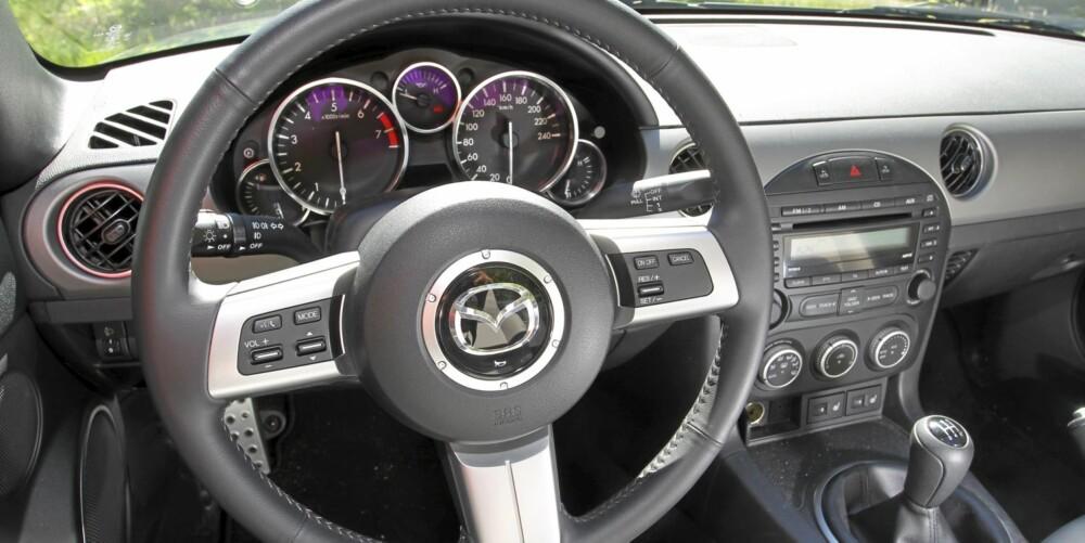 KLASSISK: Instrumentbordet i Mazda MX-5 holder seg til godt etablert sportsbiltradisjon.