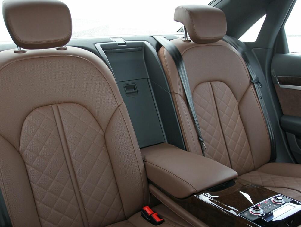 EKSTREM LUKSUS: Det mangler ikke luksusfølelse i Audi A8. Interiøret utstråler en soliditet få andre bilprodusenter kan matche.