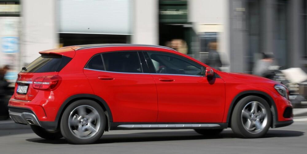 KVIKK: GLA kjører omtrent som de andre kompaktbilene fra Mercedes. Den er kvikk og sportslig og har meget godt grep i forhjulene. Firehjulsdriften, som er av den typen som sender kraft til bakhjulene bare når det trengs, virker mer aktiv enn i andre systemer med lignende virkemåte. FOTO: Petter Handeland