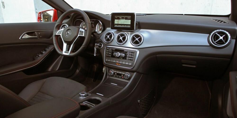 KJENT: Det eneste SUV-ete i interiøret er to små taster i midtkonsollen, der den ene holder farta nede og den andre hjelper bilen kå kravle fram der det er ekstra krevende (bare i GLA med firehjulsdrift). Ellers er det i all hovedsak som i slektningene A-klasse og CLA: sportslig og moderne. FOTO: Petter Handeland
