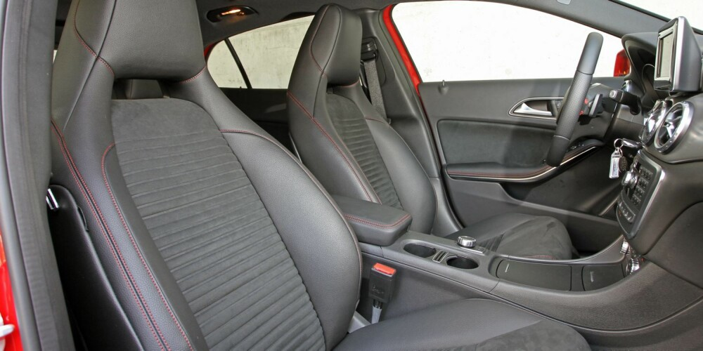SMÅBARSKT: Sportsstolene i testbilen er fine å se på, komfortable å sitte i og gir god sidestøtte. De stadfester hva bilen er: En kompakt bil i jålesegmentet, der kjøreegenskaper er ekstra vektlagt. FOTO: Petter Handeland