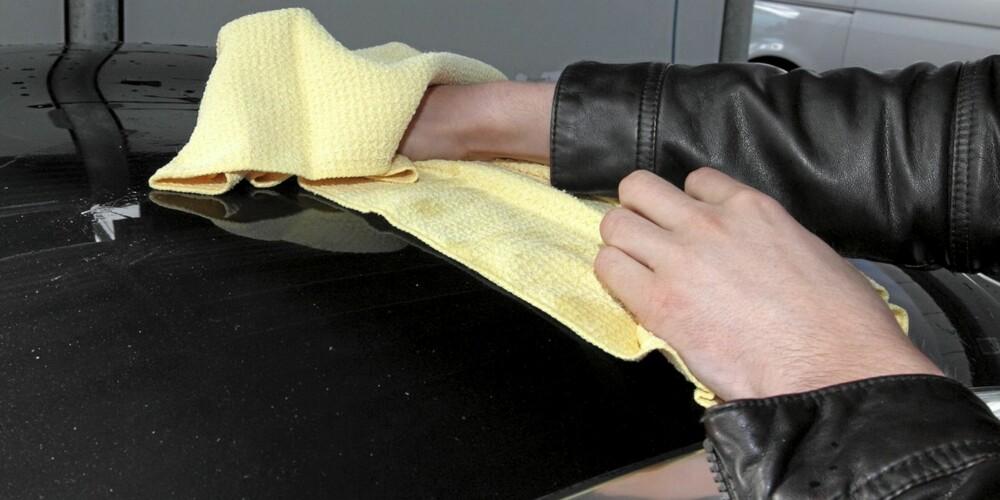 TØRK: Hvis du lar vann tørke på lakken vil ikke bilen bli helt ren. Kalk i vannet blir liggende som flekker på lakken.