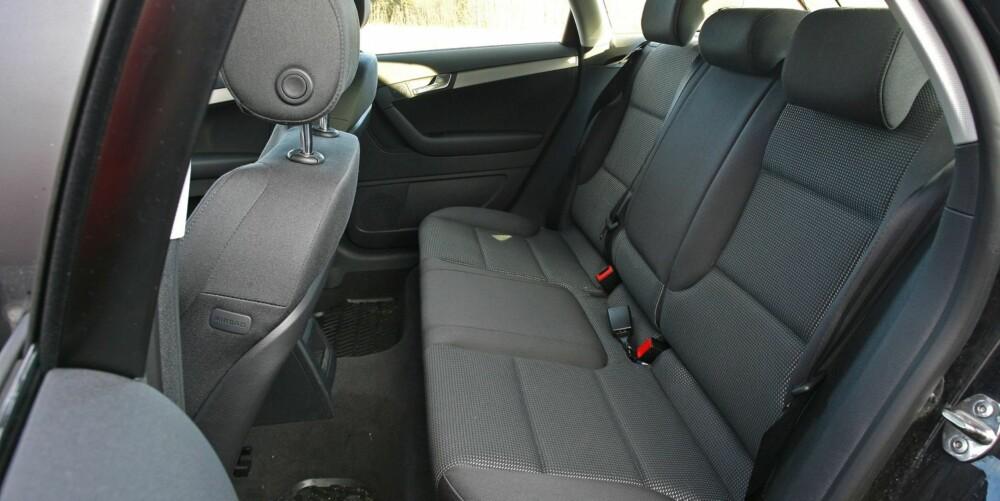 BRA BAKSETE: Det er god nok benplass til at personer på ca. 185 cm kan sitte samtidig i for- og baksete. I Sportback tar bagasjerommet 370 til 1100 liter.