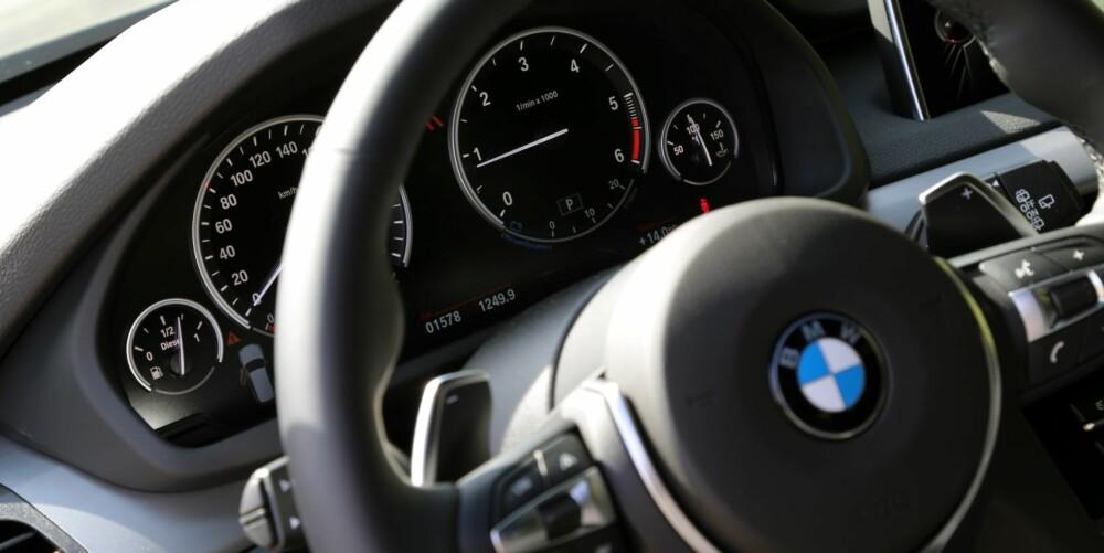 TYPISK UTFORMING: I BMW X5 vil du ikke finne noen store overraskelser innvendig. Instrumentbordet holder seg til klassiske linjer.