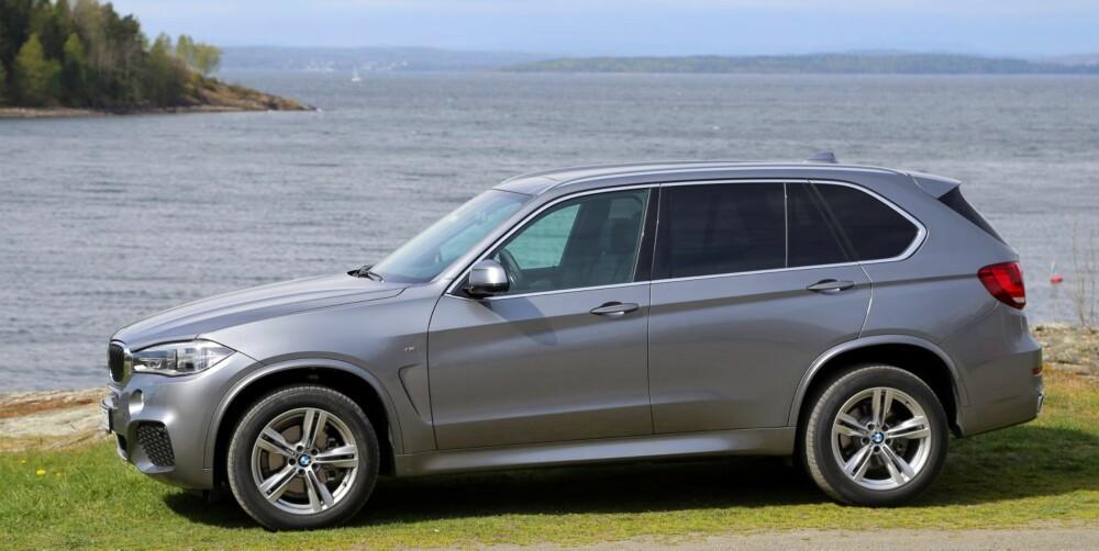 GJØR INNTRYKK: Designmessig gjør ikke BMW X5 noe for å skjule sin størrelse. Fra siden ser den temmelig stor og bastant ut.