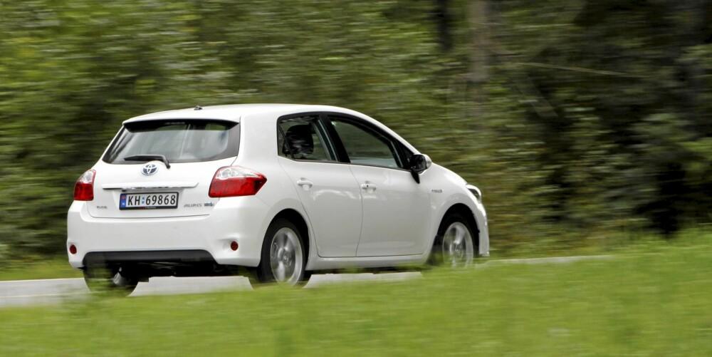 Toyota Auris HSD er noe høy og kort, men kler den spesielle hvitfargen bra.