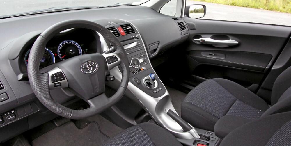 Førermiljøet i Toyota Auris HSD holder god kompaktklassestandard.