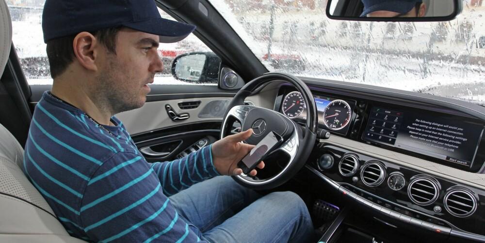 MERCEDES S-KLASSE: Tron Høgvold, journalist og ekspert på forbrukerteknologi i bladet HjemmePC, orienterer seg i overfloden av tekno i Mercedes S-klasse.