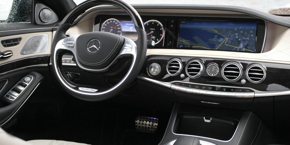 KLASSE: Mercedes S-klasse har to store, høyoppløste skjermer på 12,3 tommer dominerer dashbordet