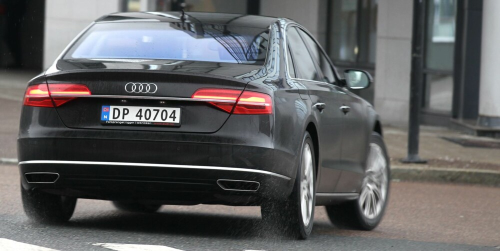 UTKLASSET: Det er ekstremt vanskelig å finne feil og mangler i en bil som Audi A8. Men, med helt nye Mercedes S-klasse ved sin side, blir vi stadig minnet på at A8 er noen år gammel.