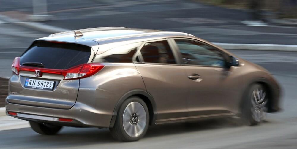 STASJONSVOGN: Som stasjonsvogn ser Honda Civic mer mainstream ut enn den gjør som kombikupé. Men fortsatt er baklysene spesielle; de stikker litt ut og er trukket over hele hekkens bredde. FOTO: Petter Handeland