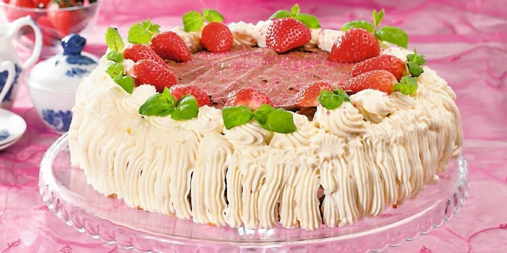 INNHOLDSRIK: Denne kaken kom på tredjeplass i ukebladet Hjemmets kakekonkurranse, og inneholder både jordbærkrem, sjokolademousse og ostekrem.
